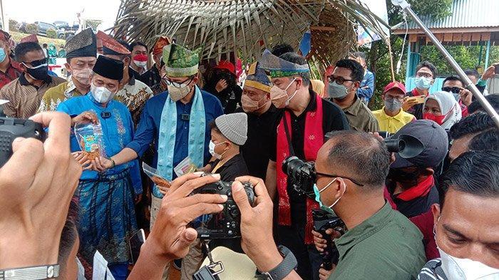 FOTO : Sandiaga Uno ke Puncak Kompe Kampar - sandiaga-uno-memegang-produk-mie-ikan-dari-ikan-patin.jpg