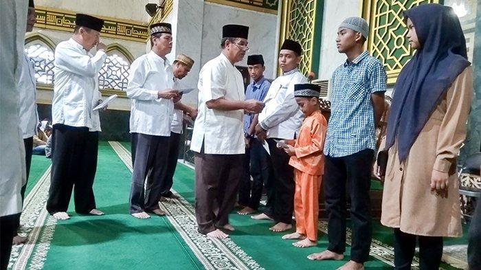 Buatkan Buku Tabungan untuk Latih Anak Yatim Kelola Uang, Masjid Tertua di Pekanbaru Beri Santunan