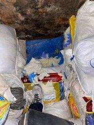 550 karung sarung tangan dari karet yang diduga bekas pakai atau limbah.
