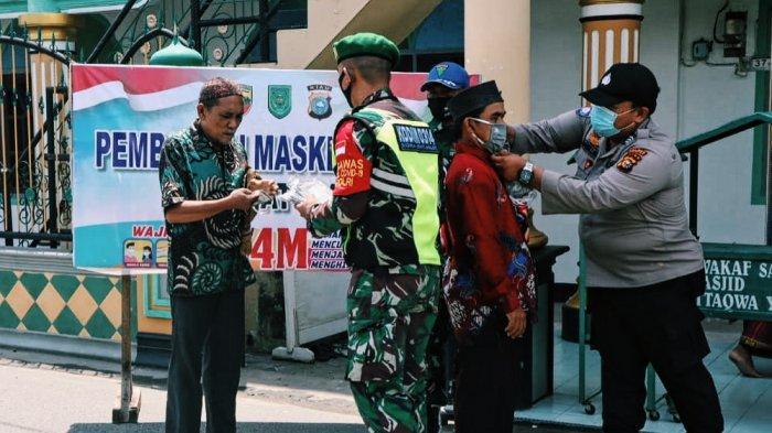 Satgas Bagikan Masker ke Jamaah yang Hendak Sholat Jumat di Masjid At - Taqwa Tembilahan