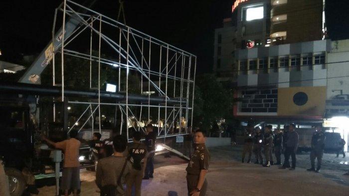 Dibangun di Atas Trotoar, Tiga Unit Baliho di Jalan Sudirman Dipotong Petugas