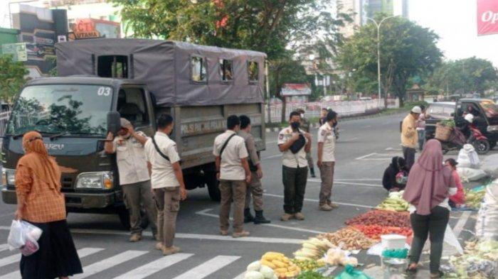 Satpol PP Pekanbaru Tertibkan Pedagang di Bahu Jalan Jendral Sudirman