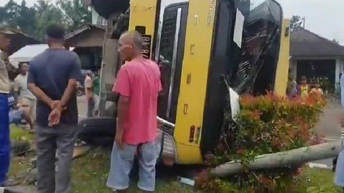 Satu truk colt diesel warna kuning mengalami kecelakaan di daerah Balai Selasa, Kecamatan Lubuk Basung, Kabupaten Agam, Provinsi Sumatera Barat (Sumbar), Selasa (4/5/2021) sore.