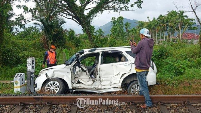 Satu unit mobil ringsek akibat ditabrak kereta api di Jalan Adinegoro, Kecamatan Koto Tangah, Kota Padang, Jumat (17/6/2021).