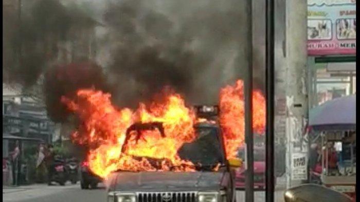 Satu Unit Mobil Kijang Mendadak Terbakar Saat Diparkir di Pinggir Jalan Delima Pekanbaru