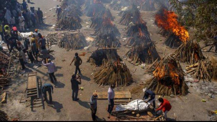 Sebuah lahan disulap menjadi lahan kremasi massal untuk membakar jenazah korban Covid-19 di New Delhi, India, Sabtu (24/4/2021).