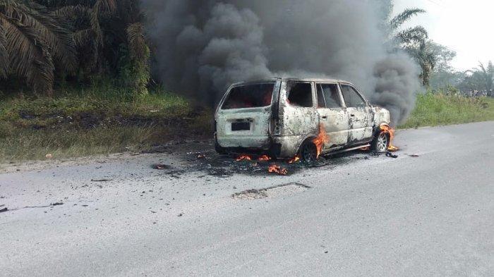 Usai Isi Bensin, Mobil Ini Mendadak Terbakar di Jalan Lintas Ujung Batu - Pagaran Tapah Riau