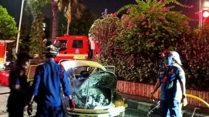 Sebuah mobil Volkswagen (VW) terbakar di Jalan TB Simatupang, Pasar Minggu, Jakarta Selatan, Rabu (22/9/2021) malam.