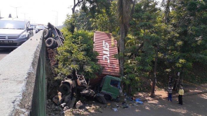 Sebuah truk kontainer terjun bebas di Jalan Tol Jakarta Serpong, hingga terperosok sampai ke Jalan Batam, Rawa Mekar Jaya, Serpong, Tangerang Selatan (Tangsel), Selasa (27/4/2021).