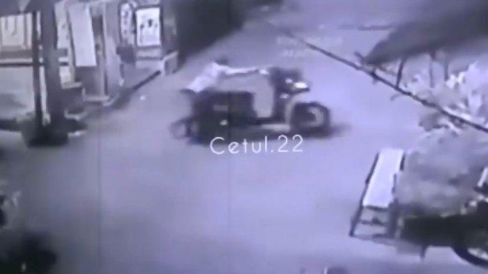 Sebuah video yang memperlihatkan Aksi pencurian sepeda motor yang dilakukan oleh 2 orang terekam kamera CCTV viral di media sosial.