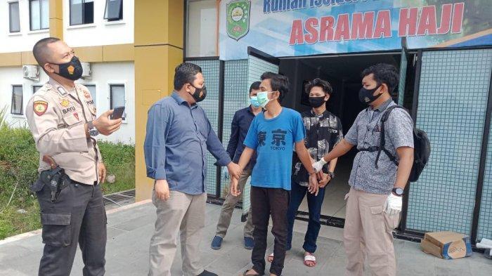 Sedang Tidur di Kamar Pasien Covid-19 Asrama Haji Siak, Dua Pria Ditangkap Polisi