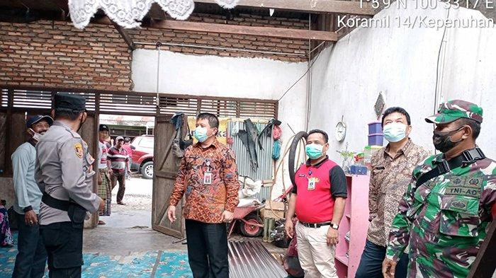 Sekda Rokan Hulu (Rohul)  Abdul Haris tengah meninjau lokasi bencana di Kepenuhan.