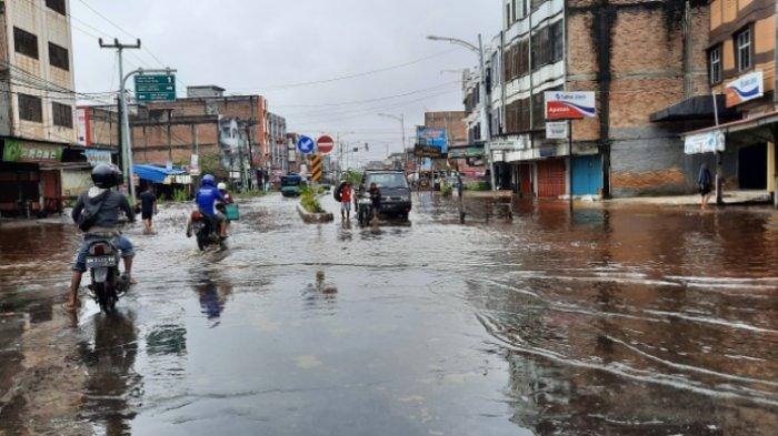 Banjir 2 Km Jalan Hasanuddin Dumai, Pengendara Putar Arah Tak Mau Kendaraan Mogok