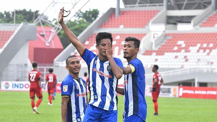 Pemain PSPS Redo Rinaldi saat melakukan selebrasi usai mencetak gol ke gawang Semen Padang FC, Rabu sore (6/10/2021).