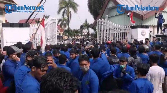 BREAKING NEWS, Sore Ini Ribuan Mahasiswa Kembali Ujukrasa Tolak UU Cipta Kerja di Gedung DPRD Riau