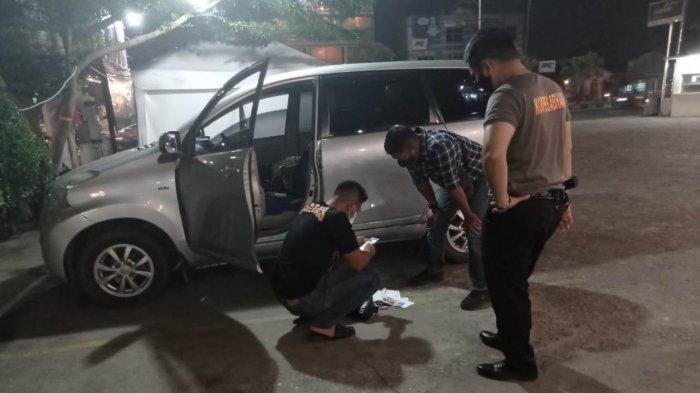 Seorang pria ditemukan meninggal dunia di dalam mobil, di depan parkiran Trenz Hotel, Kelurahan Tobek Godang, Kecamatan Bina Widya, Kota Pekanbaru, Kamis (3/6/2021), pukul 18.00 WIB.