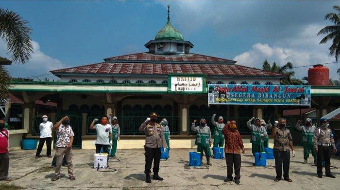 Pemdes Rambah Tengah Barat Rokan Hulu Lakukan Penyemprotan Desinfektan di Tujuh Dusun