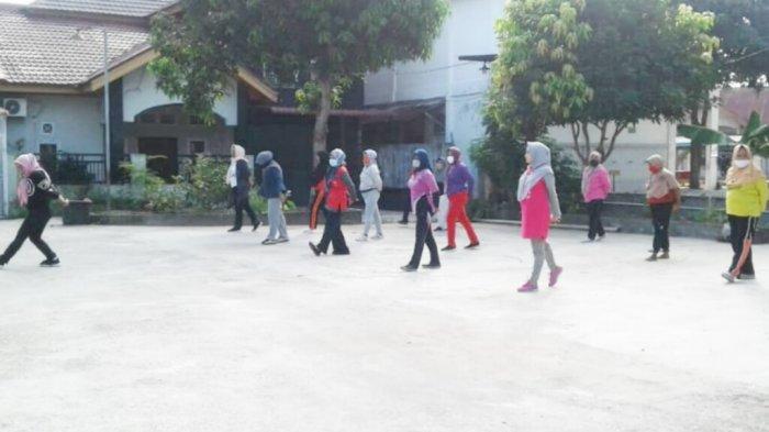 Warga Antusias Mengikuti Senam Sehat New Normal di RT 04 RW 09 Kelurahan Tengkerang Timur