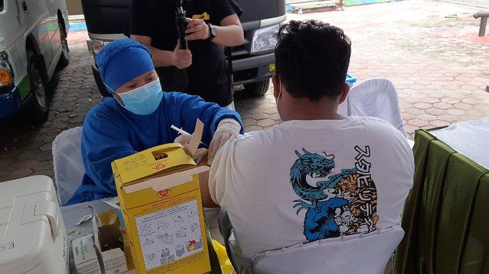 Masyarakat Peroleh Dosis Vaksin Kedua di Sentra Vaksinasi Kalbe-Kompas Gramedia-BPOM RI Pekanbaru