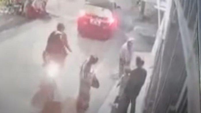 Seorang emak-emak penjual kue bolu, Haja Rukayah (53), menjadi korban jambret di Jl Sunu 3, Kecamatan Tallo, Makassar, Sabtu malam. Aksi jambret itu, terekam kamera CCTV di sekitar lokasi.