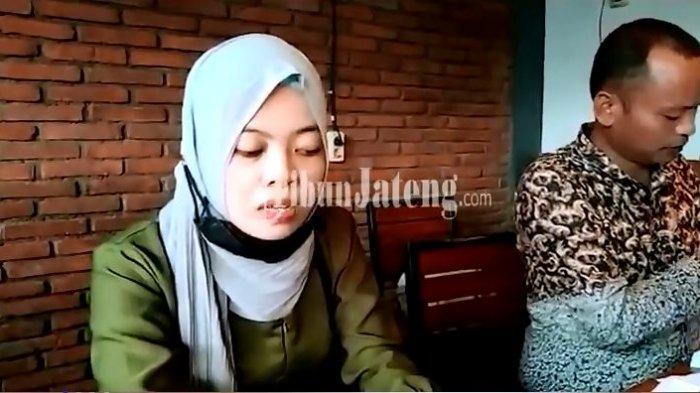 Seorang guru honorer di Semarang terjerat pinjaman online (Pinjol) ilegal. Guru honorer berinisial AM itu, awalnya hanya meminjam Rp 3,7 Juta dan kini membengkak   menjadi Rp 206 juta.