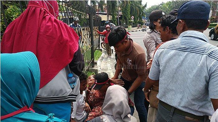 Seorang Ibu Pingsan, Gubernur Riau Syamsuar Pun Lakukan Mediasi dengan Pendemo Warga Desa Koto Aman