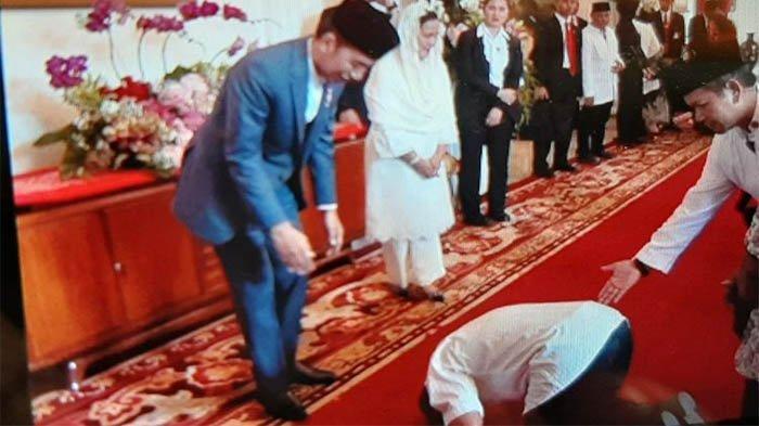 Momen Tak Terduga di Open House Presiden, Seorang Pria Bersujud dan Terisak-Isak di Hadapan Jokowi