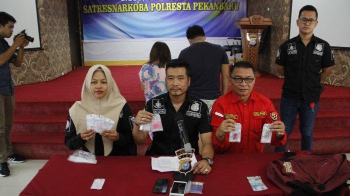 Sepasang Mahasiswa di PekanbaruSimpan Puluhan Butir Ekstasi, Ditangkap di Penginapan Mewah