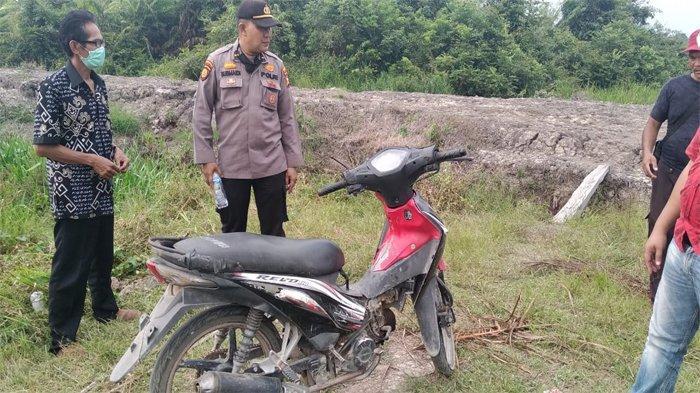 Sepeda motor korban serangan buaya di Inhu yang ditemukan warga dan aparat.