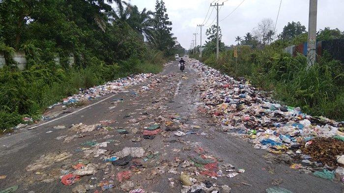 Sampah berserakan hingga ke jalan raya di jalan Daru-daru Kota Pekanbaru hingga mengakibatkan seorang pengendara tergelincir dan terjungkal ke aspal.