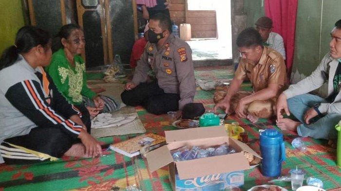 Kapolsek Kerumutan, AKP Fajri Sentosa, bersama personilnya serta didampingi pihak Balai Konservasi Sumber Daya Alam (BKSDA) Riau turu ke Desa Tanjung Air Hitam, Selasa (2/03/2021)