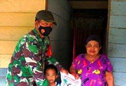 SISIHKAN Gaji, Prajurit TNI Ini Bagikan Beras ke Warga yang Kesulitan Selama Covid-19