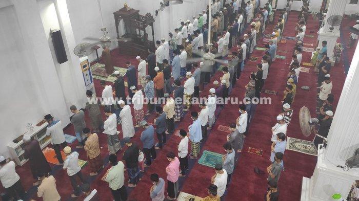Suasana Tarawih Perdana Ramadhan 2021 di Pekanbaru, Jemaah Masjid Terapkan Protokol Kesehatan - sholat-tarawih-perdana-ramadhan-2021-di-masjid-tsamaratul-iman-di-jalan-bukit-barisan-pekanbaru.jpg