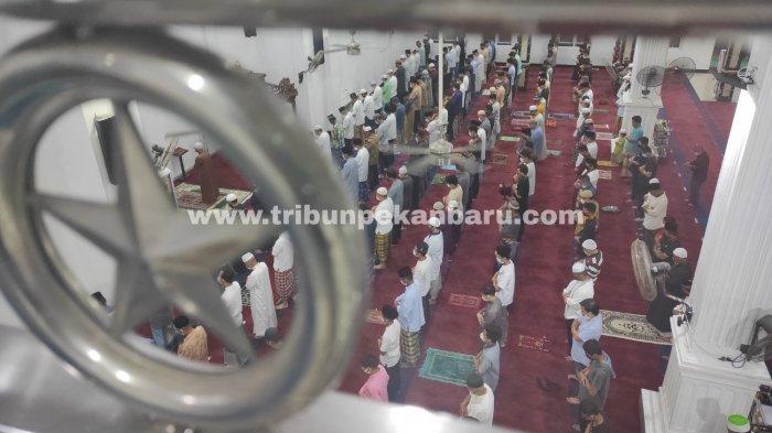 Suasana Tarawih Perdana Ramadhan 2021 di Pekanbaru, Jemaah Masjid Terapkan Protokol Kesehatan - sholat-tarawih-perdana-ramadhan-2021.jpg