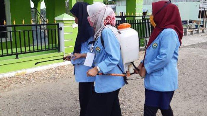 Siap Jalani New Normal, Mahasiswa Kukerta Relawan Covid-19 UNRI Semprotkan Disinfektan di Pasar