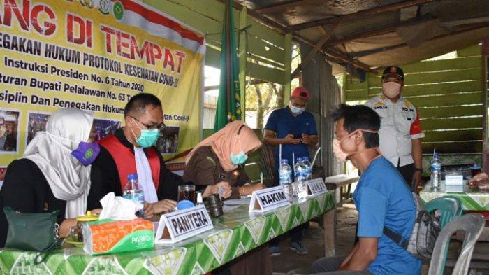 Tim Hunter Bingal Covid-19 Pelalawan kembali melanjutkan razia masker kepada masyarakat yang tidak patuh terhadap protokol kesehatan di Kecamatan Kerumutan dan Pangkalan Lesung, Kamis (8/10/2020).