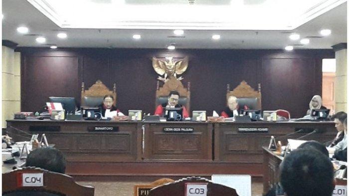 Hakim Mahkamah Konstitusi (MK) Pertanyakan Keterangan KPU Riau Yang Berubah-Ubah Dalam Sidang PHPU