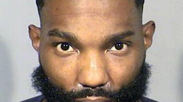 Sidney Deal menolakpolisi untuk merusak kaca mobil saat bayinya terjebak di dalam. (Metro Police/Mirror)