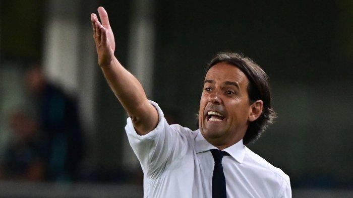 Pelatih Inter Milan Simone Inzaghi memberi isyarat dalam laga Liga Italia antara Hellas Verona dan Inter Milan di stadion Marcantonio Bentegodi di Verona pada 27 Agustus 2021.