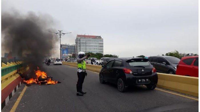 Hendak Jemput Istri, Skutik Milik Erik Tiba-tiba Mengeluarkan Api Saat Melintas di Flyover