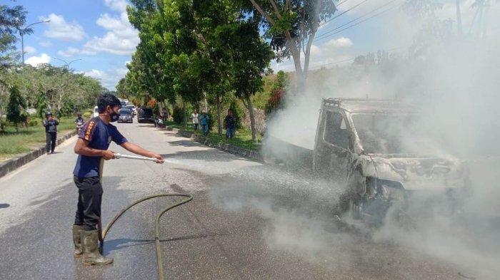 Sopir Tak Ditemukan, Mobil Pick Up Terbakar di Gapura Km 55 Pangakalan Kerinci Pelalawan