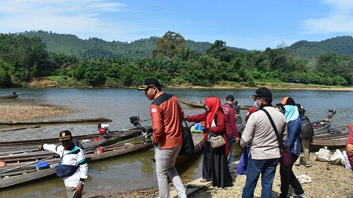 Naik Sampan Tradisional dan Jalan Kaki, KPU Sosialisasi Pemutakhiran Data Pemilih di Desa Terisolir