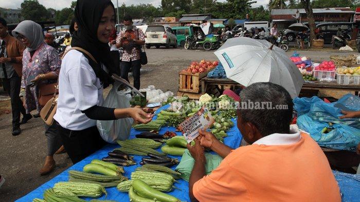 FOTO : Sosialisasi Pilwako di Pasar Pagi Arengka Pekanbaru - sosialisasi-kpu-ke-pasar-niihh_20170127_140542.jpg