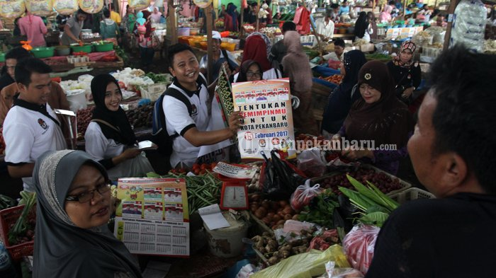 FOTO : Sosialisasi Pilwako di Pasar Pagi Arengka Pekanbaru - sosialisasi-kpu-ke-pasar_20170127_140551.jpg