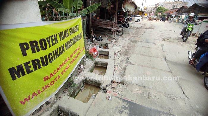 Foto : Warga Pekanbaru Kesal Proyek Ipal Tak Kunjung Selesai, Lampiaskan Kekecewaan dengan Cara Ini - spanduk-kecewa-ipal-di-pekanbaru.jpg