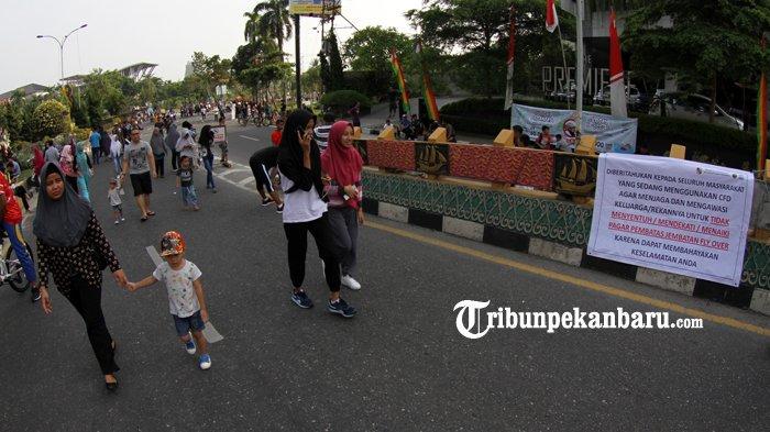 FOTO: Spanduk Sosialisasi Keselamatan Beraktifitas di Atas Flyover Pekanbaru - spanduk-sosialisasi-keselamatan-pejalan-kaki-di-flyover_20180805_133226.jpg
