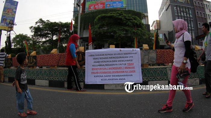FOTO: Spanduk Sosialisasi Keselamatan Beraktifitas di Atas Flyover Pekanbaru - spanduk-sosialisasi-keselamatan-pejalan-kaki-di-flyover_20180805_133714.jpg