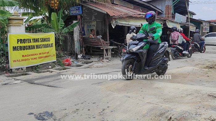 Foto : Warga Pekanbaru Kesal Proyek Ipal Tak Kunjung Selesai, Lampiaskan Kekecewaan dengan Cara Ini - spanduk-warga-di-jalan-rajawali.jpg