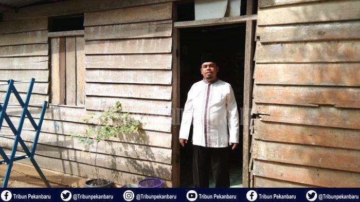 STORY - Anggota DPRD di Riau Tinggal di Rumah Berdinding Papan, Hidup Sederhana dan Miliki 7 Anak