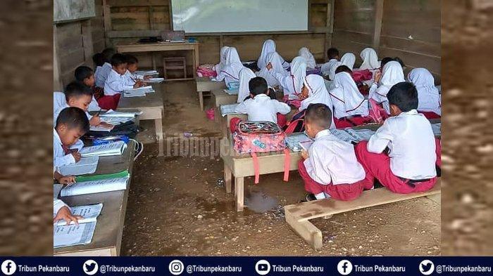 STORY - KISAH Miris Murid SD di Riau Belajar Sambil Jongkok, Berlantai Tanah dan Berdinding Papan